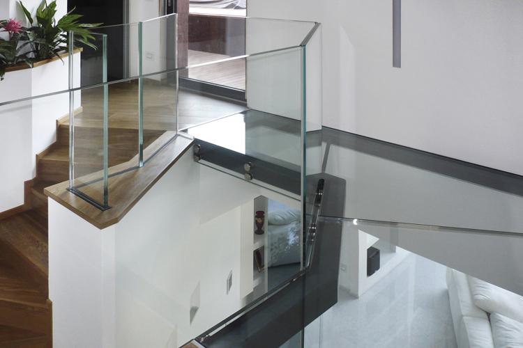 """Ringhiera in vetro stratificato extrachiaro modello """"X"""""""