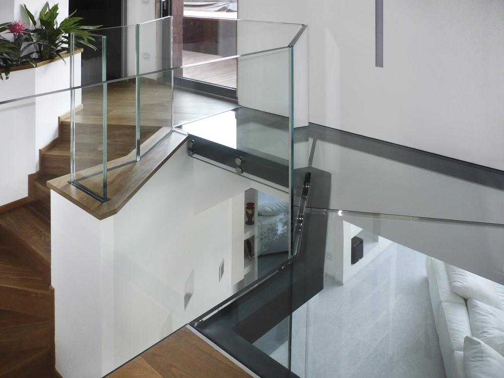 """Soppalco in vetro con struttura in ferro perimetrale. Ringhiera mod. """"X"""""""